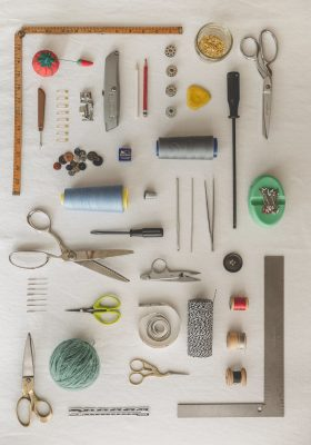 sewing-tools-flatlay-knolling_4460x4460